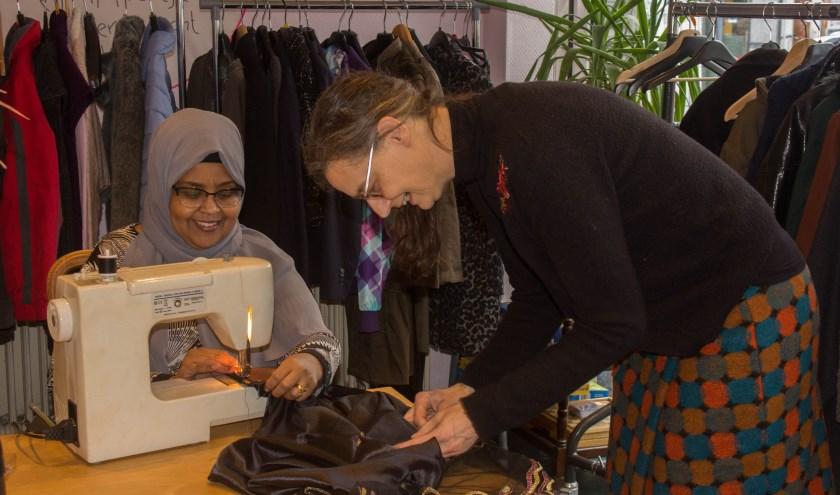 Amran en Betty naaien samen kleding in 'De Huiskamer' in Vught, war Betty mensen helpt met leren naaien. Ook naait ze gratis kleren voor kinderen met in armoede met het initiatief 'Miss Rose'.