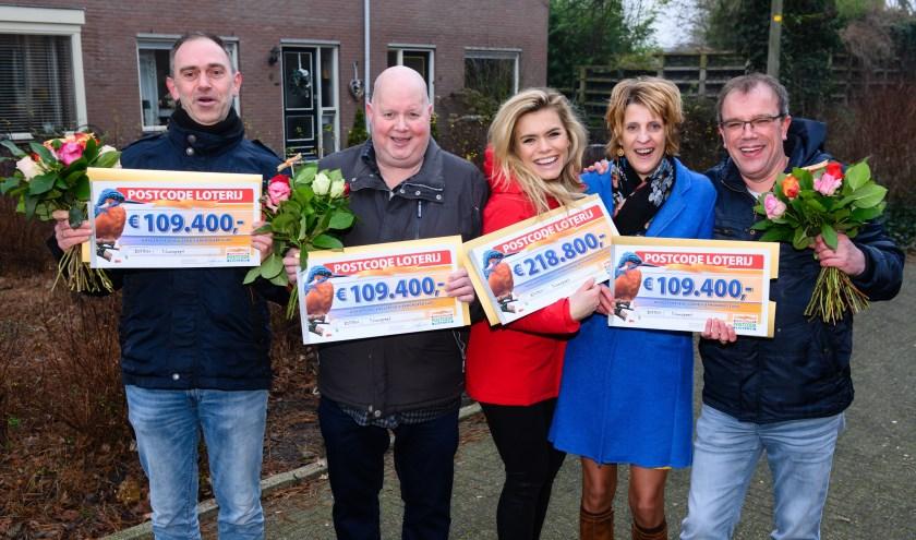 Postcode Loterij-ambassadeur Nicolette van Dam verrastNunspeters met 547.000 euro.(Foto: Roy Beusker Fotografie)