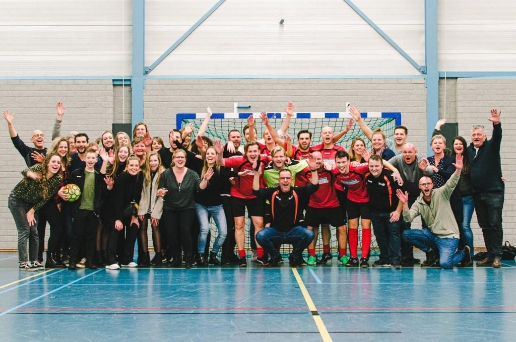 Team van Buuren met aanhang viert de overwinning.  Fotograveertje © DPG Media