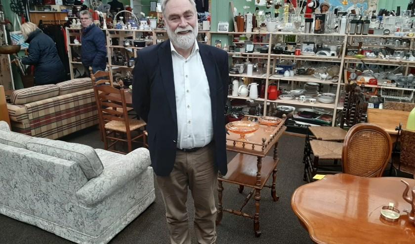 Een van de twee initiatiefnemers Kees Randewijk (66) in kringloopwinkel Het Goede Doel.