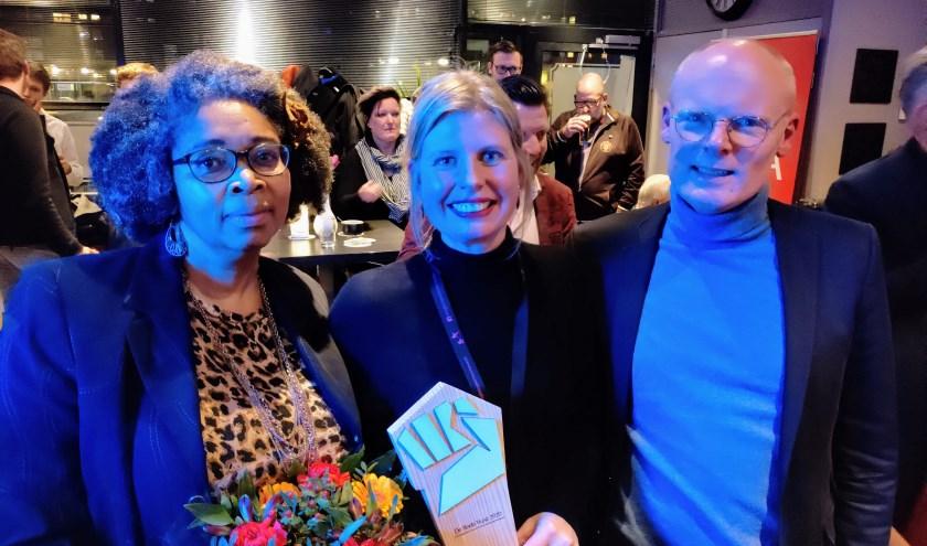 Initiatiefnemers van de Zwolse afdeling Ellen Meijer en Shirley Kambel ontvingen de prijs uit handen van PvdA-Statenlid Hans Nooter.
