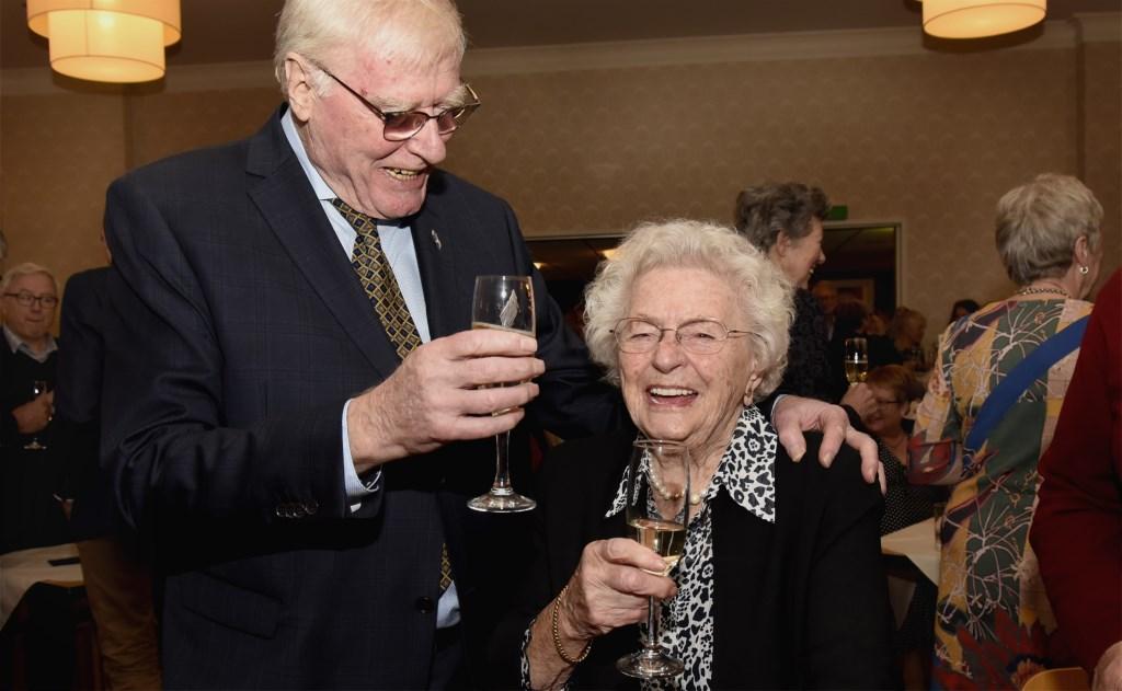 Jan Hogenelst toost met het oudste lid van de sociëteit, de bijna 102-jarige Sefa van Leeuwen. Foto: Marianka Peters  © DPG Media
