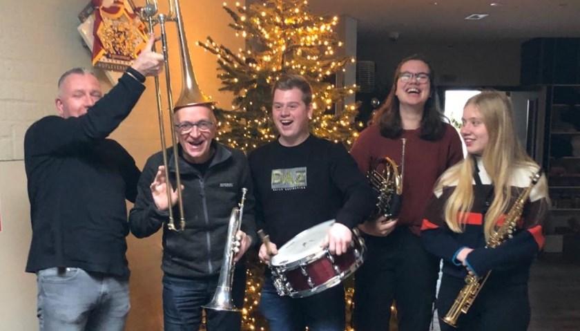 Deze muzikanten van het jubilerende OBK hebben duidelijk zin in het nieuwjaarsconcert bij Wieleman. Vlnr: Rick Dorrepaal, Bennie Alink, Sander van Essen, Robin van Duuren en Nienke Hendriks.