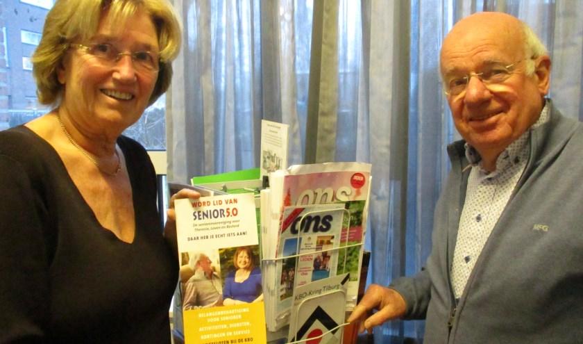 Els Aarts en Sjef Robben, namens KBO coördinator van het project Automaatje, dat minder mobiele mensen tegen een geringe onkostenvergoeding vervoert. foto: Aldert van der Burg