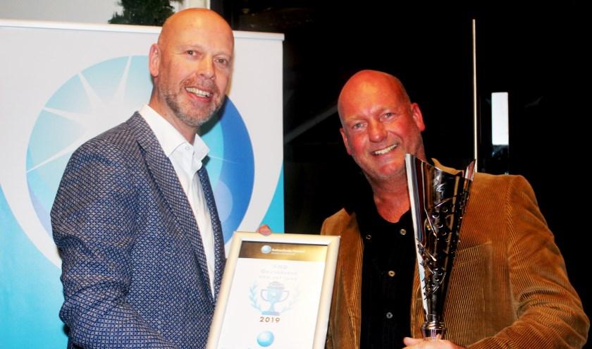 Pierre Methorst (rechts) neemt de certificaat en de bokaal in ontvangst. (Foto: PR)