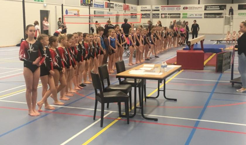 De turnsters staan klaar voor de medaille-uitreiking.
