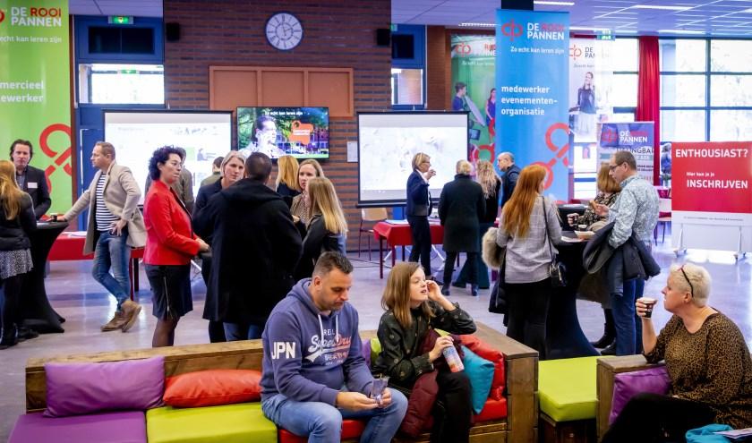 Door de hele school staan leerlingen, studenten en docenten klaar om vragen te beantwoorden. Foto De Rooi Pannen