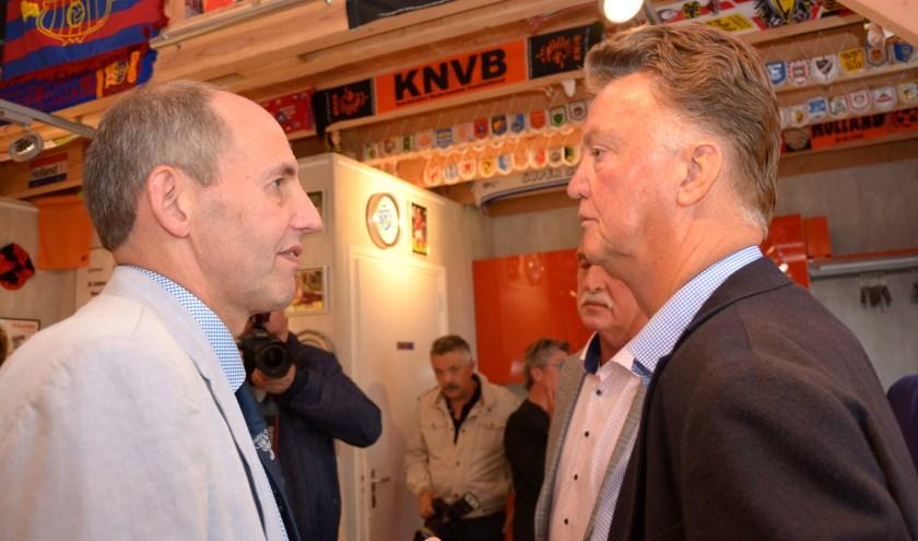 Fred Baars en Louis van Gaal tijdens de opening van het museum in 2017. Sinds die tijd heeft het voetbalmuseum al meer dan € 8.000,00 aan het goede doel geschonken. (foto: Jan Kraaijenbrink)