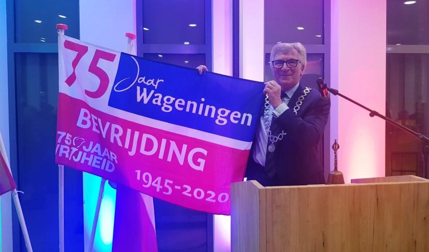 Burgemeester Geert van Rumund vroeg in zijn nieuwjaarsspeech speciale aandacht voor de bevrijdingsvlag. (foto: Kees Stap)