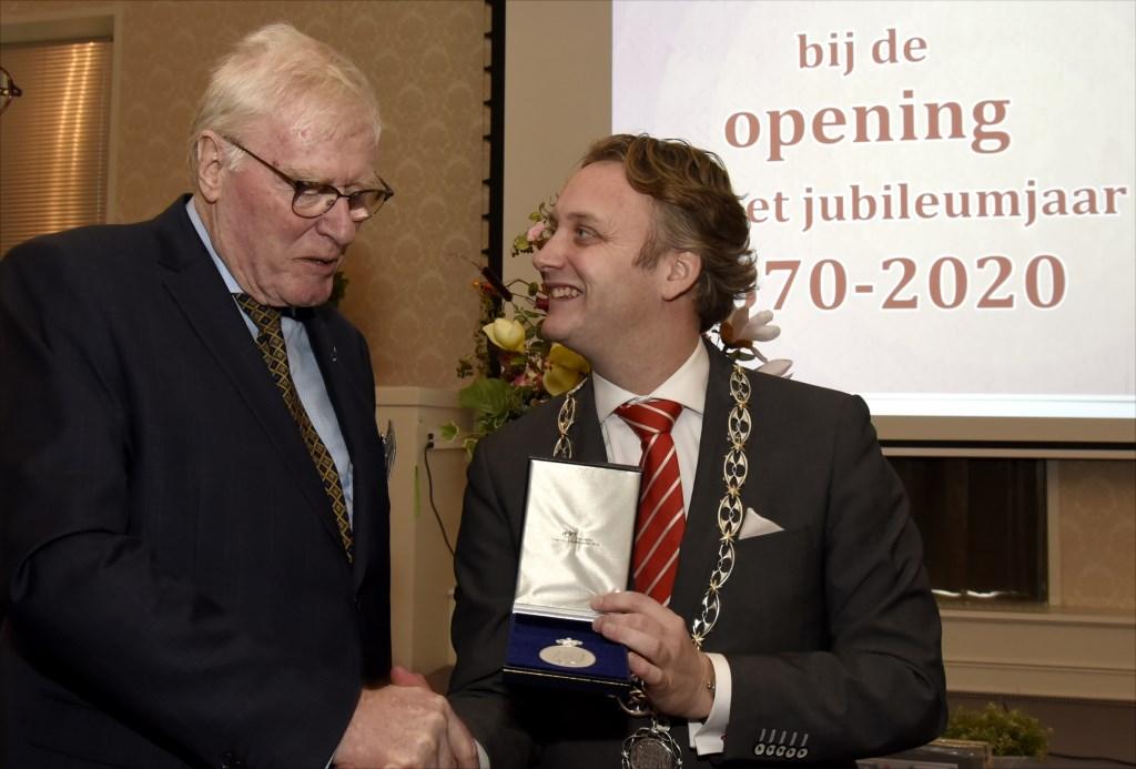 Concordia-voorzitter Jan Hogenelst is zichtbaar onder de indruk van de Koninklijke Erepenning. Foto: Marianka Peters  © DPG Media