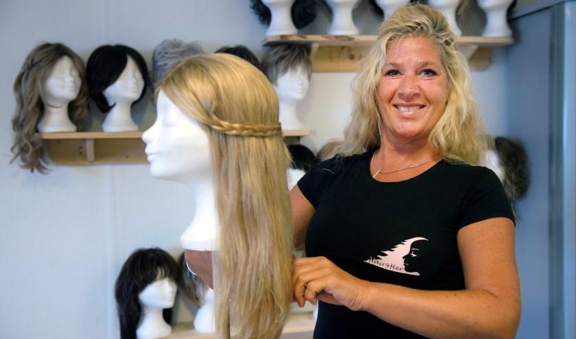 De stichting van Esther Hogeweg-Hollander streeft ernaar om een haarwerk een tweede of zelfs derde leven te geven. Iedereen 'man, vrouw of kind' met kanker kan in aanmerking komen voor een haarwerk en/of hoofdbedekking.