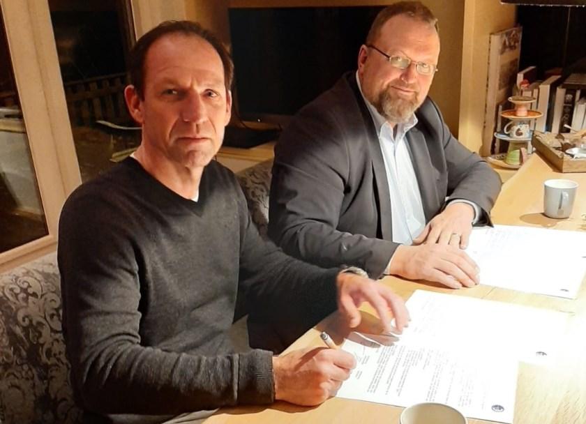Onder het toeziend oog van DTS '35-voorzitter Jeroen Been, tekent Arnold Brehler zijn nieuwe contract. De inwoner van Doorwerth, maakt komend seizoen de overstap van vv Bennekom, naar de Edese eersteklasser.