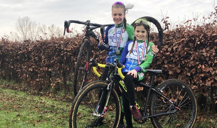 Alphense veldrijdsters Roxanne en Maxime met hun bronzen medaille