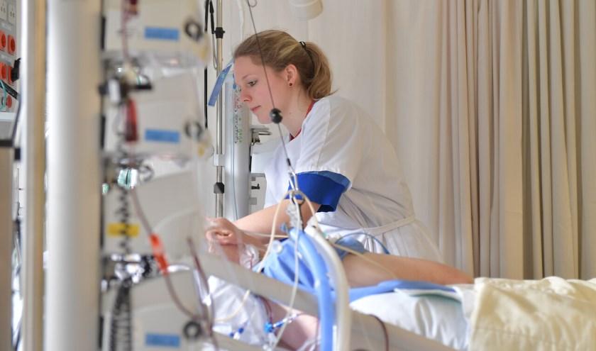 De patiënt op de IC is vaak langdurig niet of verminderd bij bewustzijn en aangesloten op apparatuur die lichaamsfuncties overneemt. Foto: Frank Muller.