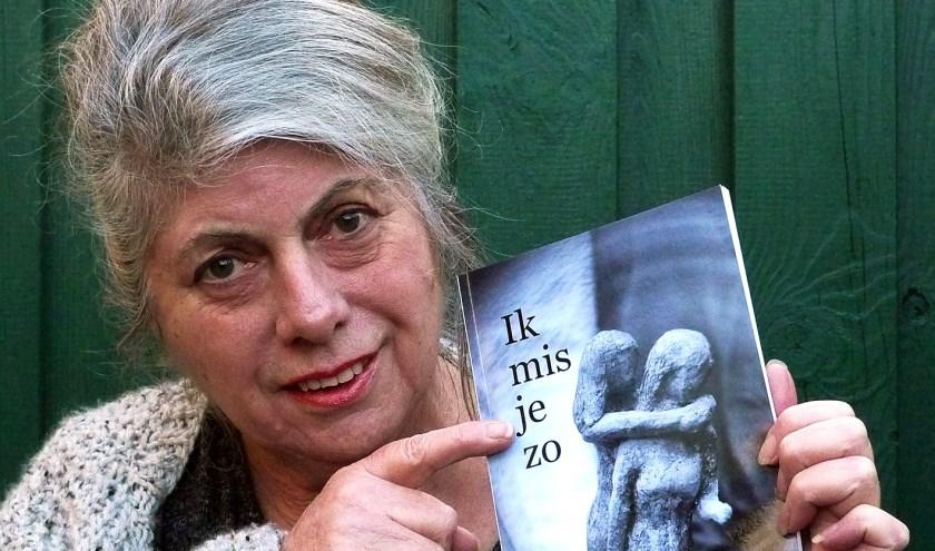 """Mieke Mintjes: """"Met gedichten kun je diep in je gevoel raken, waardoor je hopelijk weer wat verder kunt"""" (Foto Wim Mintjes)"""