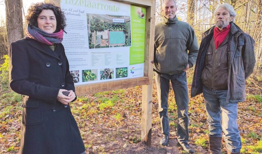 Ivon Vrolijk, Hans Lappee en George Otten zijn blij dat naast de fruitbomencollectie ook de hazelaarcollectie nu in beeld is gebracht: digitaal en met een bord op sportpark IJsseloever. (Foto: KNIJ)