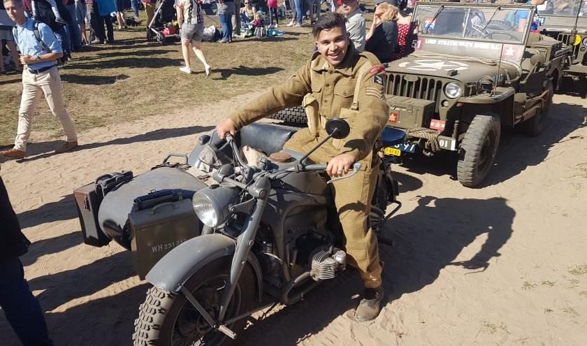 Barry Orie (19) op een Duitse BMW motor met zijspan. Het Britse uniform is te bewonderen in zijn museum. (eigen foto)