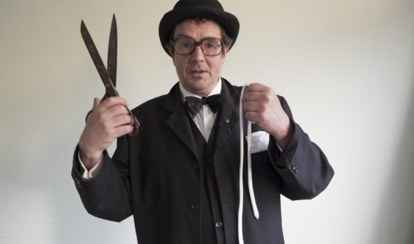 Omdat de leraren staken, geeft de Rotterdamse goochelaar Olivier Quist een speciale voorstelling in Bibliotheek Schiebroek.