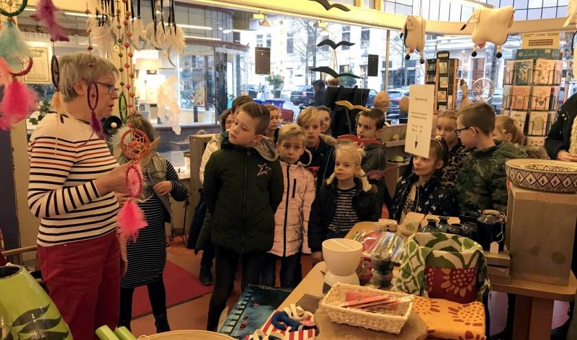Kinderen krijgen een rondleiding in Wereldwinkel Breda