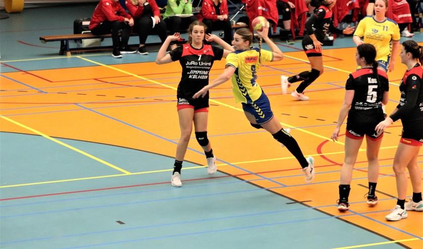 Bernice Hesselink scoort (Foto: Rene Weghs)