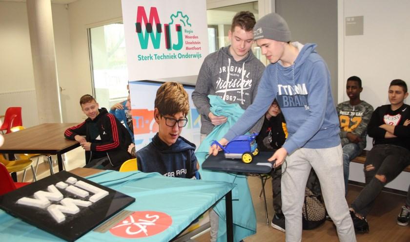 Twee leerlingen onthulden met een zelf ontworpen minirobot het logo van het samenwerkingsverband Sterk Techniek Onderwijs Regio Woerden-Montfoort-IJsselstein (STO WMIJ). (Foto: Lysette Verwegen)
