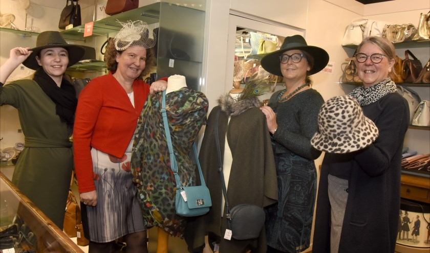 v.l.n.r. Jacqueline, Anja, Jeannette en eigenaresse Lidy Prosman van 't Matelootje. Foto: Marianka Peters