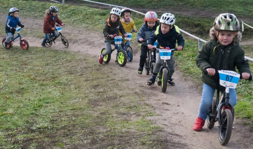 De kinderen komen op de zaterdagmiddagen 29 februari en 6 juni in actie op de loopfietsjes op de Ceintuurbaan.