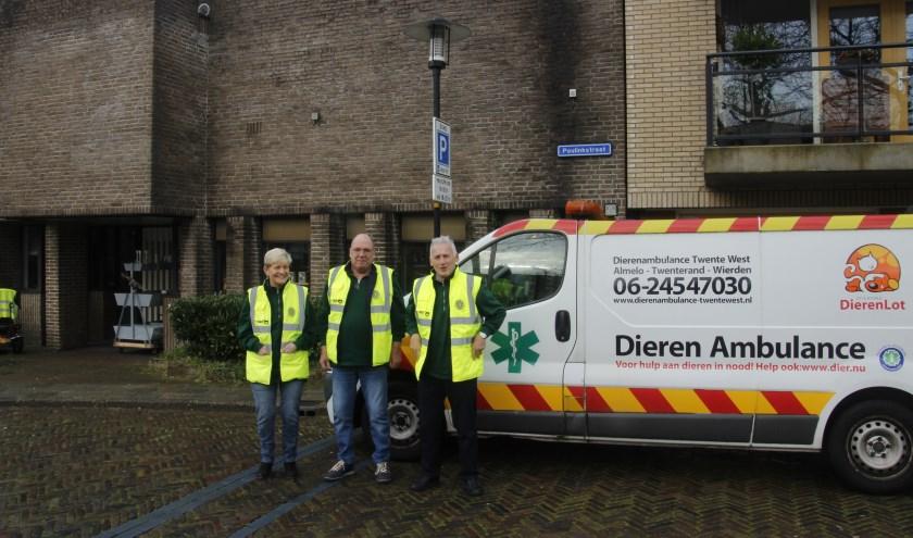 Marijke Werkman, Cor Werkman en Harrie Wiesseman met de dierenambulance voor het pand aan de Poulinkstraat