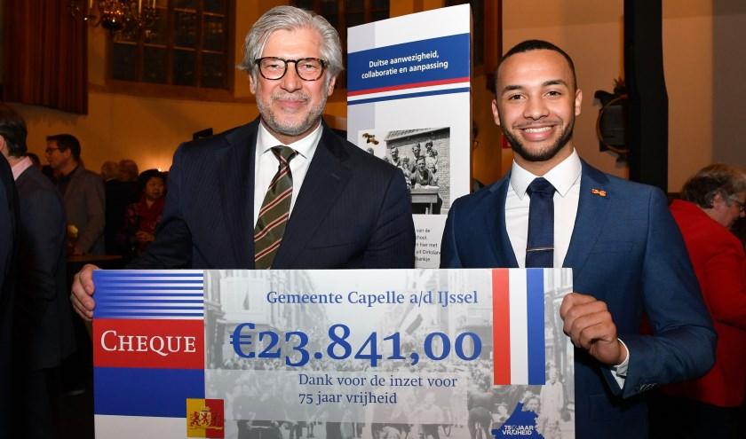 Burgemeester Peter Oskam ontvangt de subsidiecheque van Divano Dorder, een van de Ambassadeurs van de Vrijheid, tijdens de Nieuwjaarsreceptie van de provincie Zuid-Holland in Den Haag.