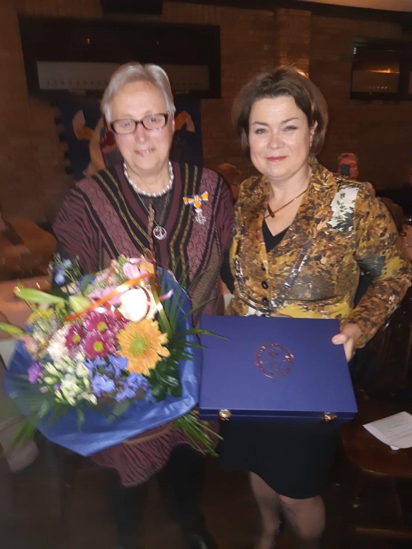 Annemarie de Backer-Dirx samen met de burgemeester.   © DPG Media