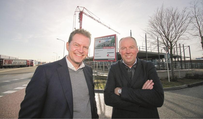Marcel de Vries (links) en Martin Kemper op de bouwplaats van de door Palazzo ontworpen nieuwbouw/uitbreiding van Besselink Licht op bedrijventerrein Centerpoort-Nieuwgraaf.