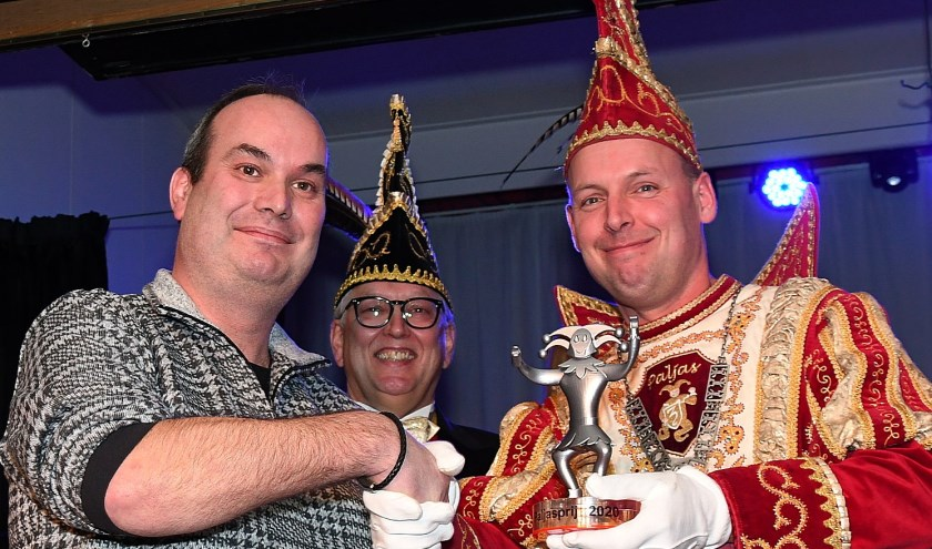 Eindredacteur Danny van der Kracht (links) neemt de Paljasprijs van prins Ruud II (Werkhoven) in ontvangst. In het midden Jan Berkel, president van Paljas. (foto: Ab Hendriks)