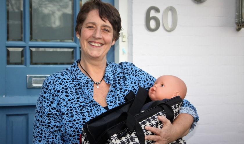 De eerste babyfluisteraar in het Rivierengebied, Ingrid van den Tol, gaat met haar tas attributen op huisbezoek. (foto: Arno voor de Poorte)