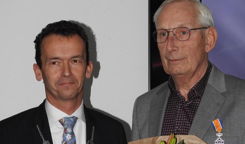 Joop Berens (rechts) ontving afgelopen zaterdag een koninklijke onderscheiding van burgemeester Lucien van Riswijk. (foto: Peter Beekman)