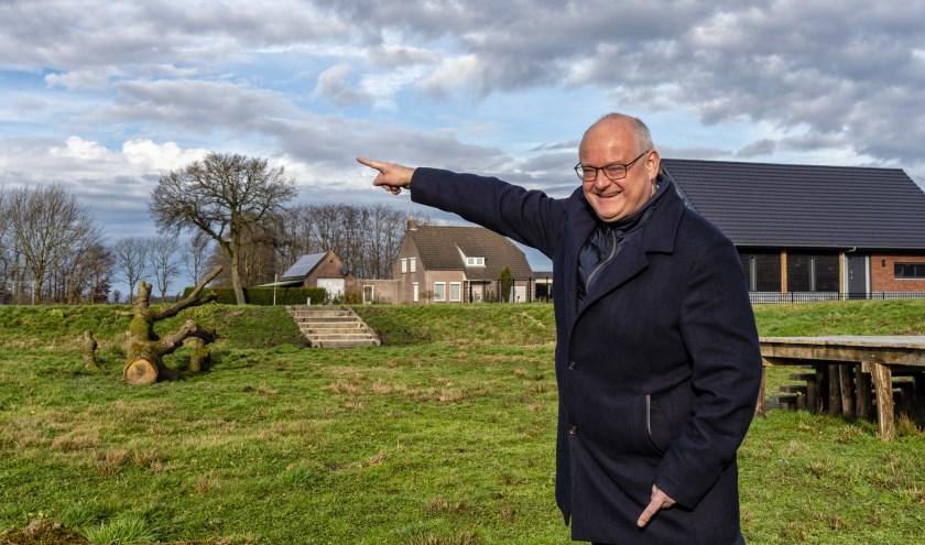 Steven Kraaijeveld wijzend op bouwlocatie Duizel Noord waar nieuwe woningbouw op de planning staat.