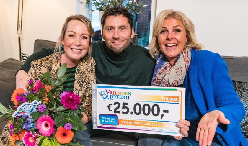 Michel en Ilona uit Doetinchem winnen 25.000 euro bij de VriendenLoterij en ontvangen een cheque uit handen van VriendenLoterij-ambassadeur Irene Moors.
