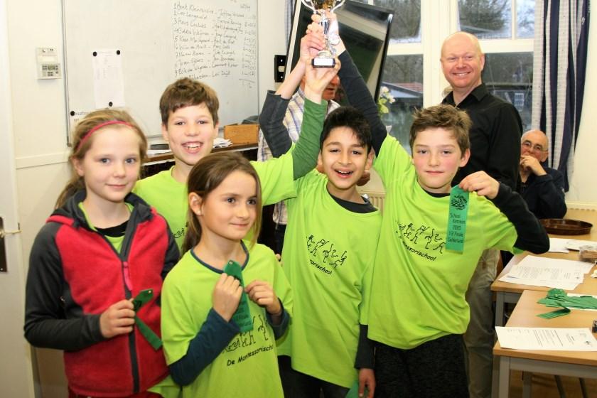 Het team van de Wageningse Montessorischool, werd derde tijdens de halve finale van de Gelderse schooldamkampioenschappen. Trots poseren zij met de gewonnen beker.