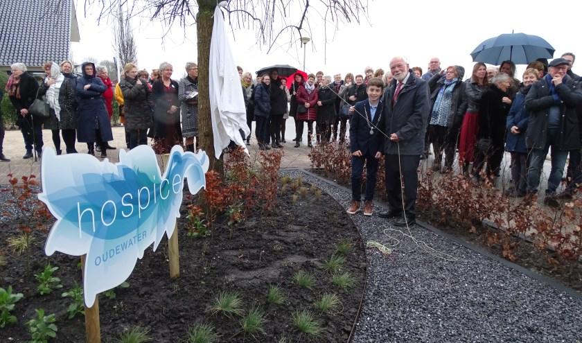 Kinderburgemeester Tijn Trijssenaar en voorzitter Arie Breur onthullen het bord 'Hospice'.  (Foto: Margreet Nagtegaal)