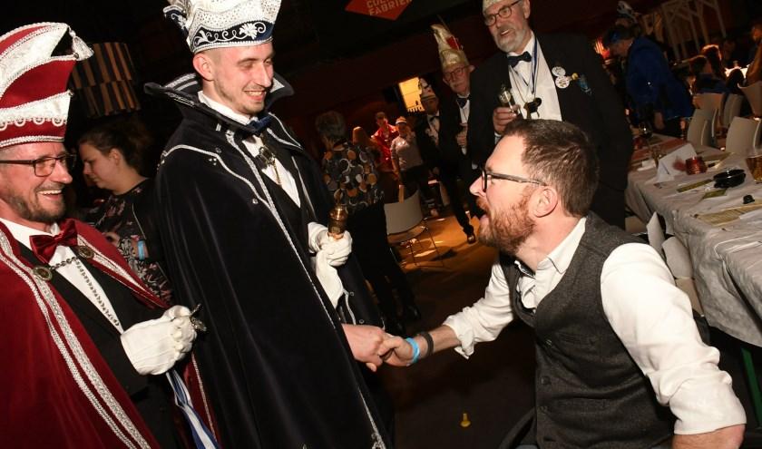 Burgemeester Otwin van Dijk feliciteert Stadsprins Berto den Eerste van Iseldonk.