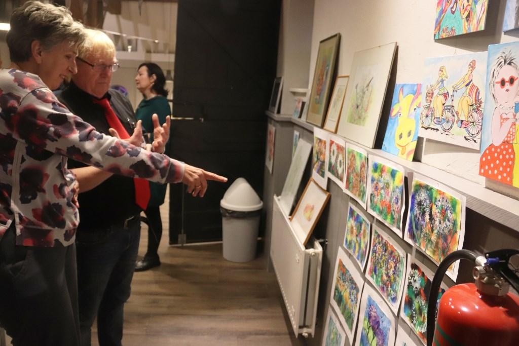Tijdens de open dag in de Bolderburen kon men ook de schilderwerken van de cursisten bekijken. Foto: Theo van Dam © DPG Media