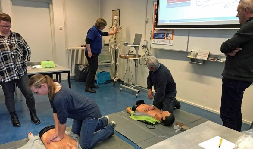 VSCO'ers volgend de cursus 'Reanimatie en bediening AED.