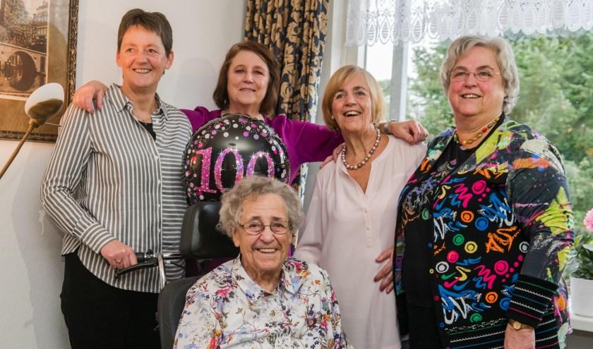 De 100-jarige mevrouw Gerrits-van Barneveld en haar vier dochters, Gerda, Lida, Rina en Marjan.
