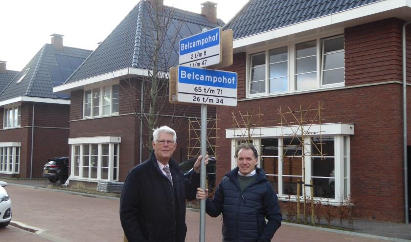 Wethouder Piet van Leenen (l) en Leonard Batenburg bij één van de nieuwe borden. (foto: gem. Hoeksche Waard)