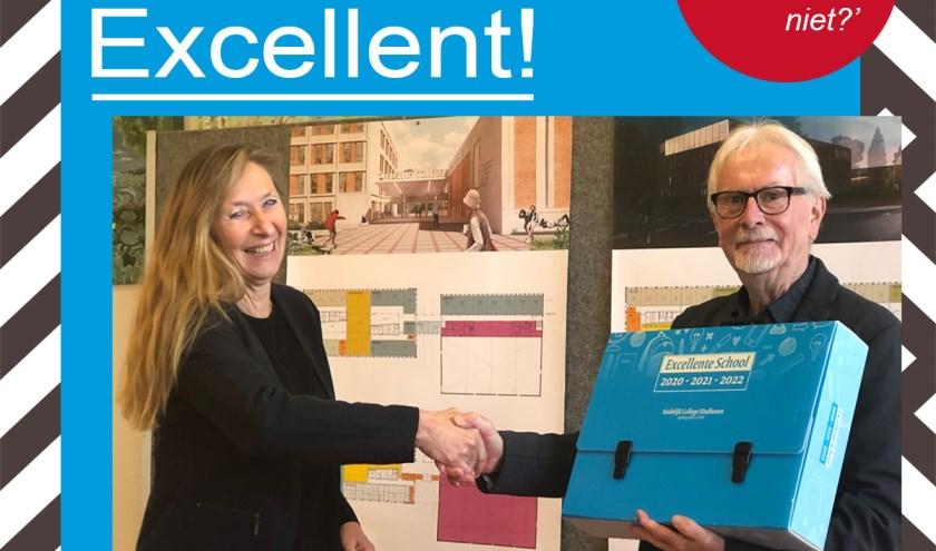 Een trotse Ingrid van Zuijdam ontvangt de onderscheiding uit handen van Bart Engbers.