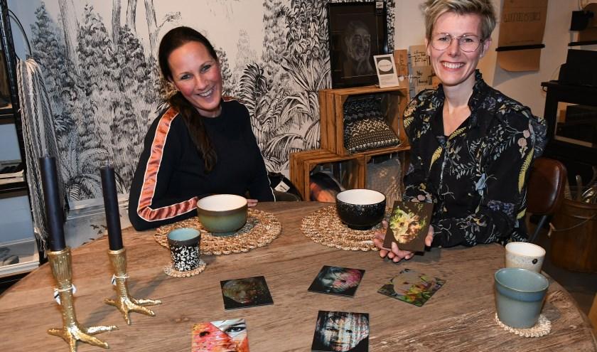 Charlotte van Bentum (links) van Lot Lifestyle en kunstenares Edith Elshof. Op tafel ligt haar laatste creatie Reflections. (foto: Ab Hendriks)
