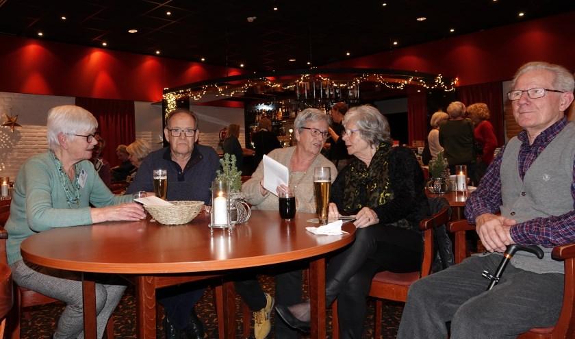 Josien Borsje, voorzitter Alzheimer Nederland – Bommelerwaard (links), in gesprek tijdens Alzheimer café in De Weesboom in Ammerzoden.