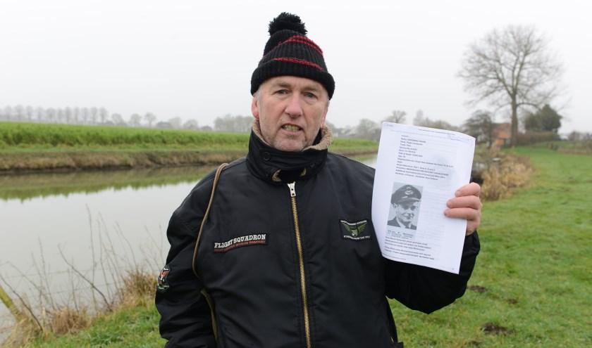 Stef van Gelderen bij het 'bommengat' in de Linge. Hij vindt dat meer mensen het verhaal moeten kennen van zijn held Frank Hardman uit Nieuw Zeeland, die zijn leven heeft gegeven voor onze vrijheid.