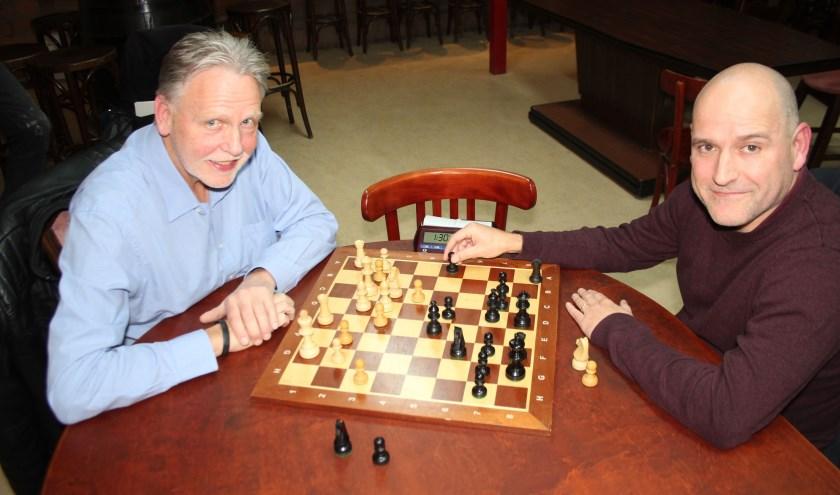 Vanaf het voorjaar gaan Hans Weerdenburg en Jesús Medina Molina ook in de buitenlucht schaken. (Foto: Lysette Verwegen)