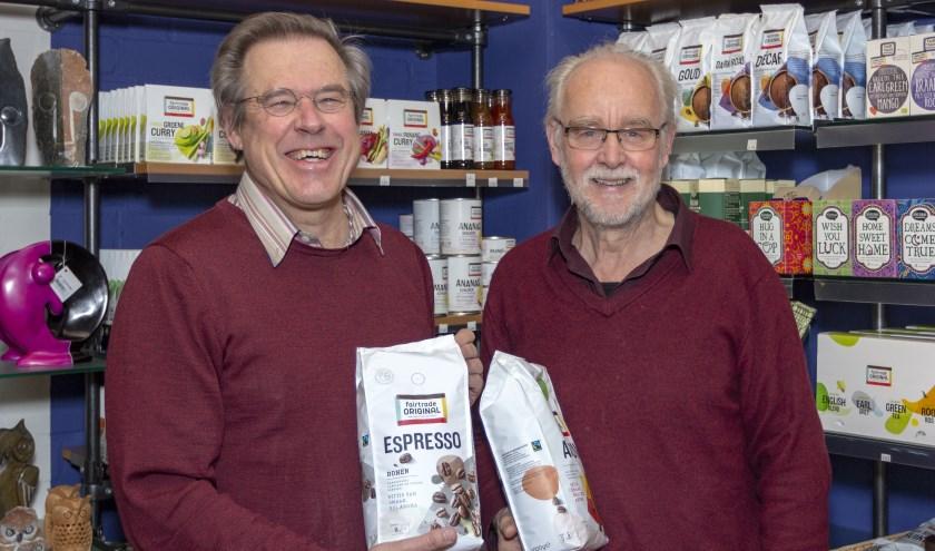 Harry Koster (links) en Gerard Broersen van de Wereldwinkel Zevenaar gedenken Multatuli. (foto: Bas Bakema)