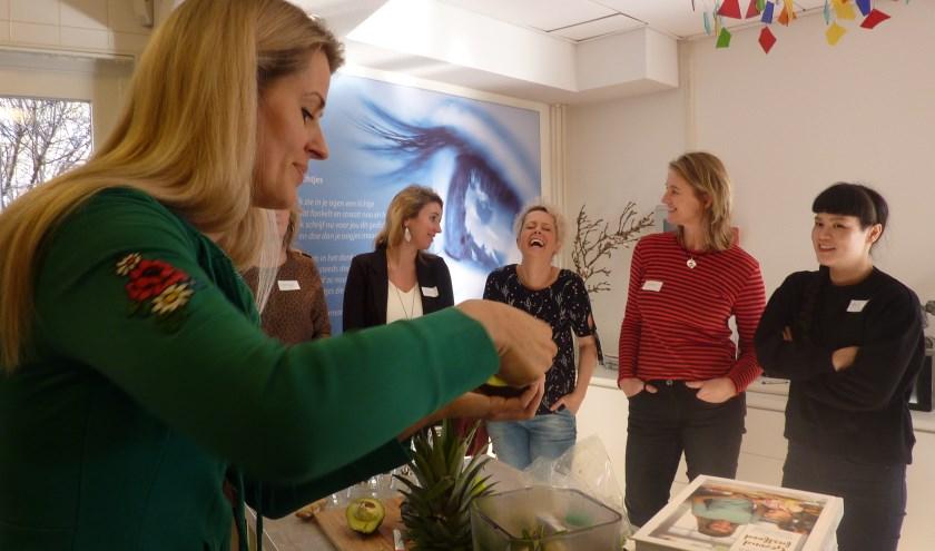 Kookboekenschrijver Nora French (l) geeft een workshop.